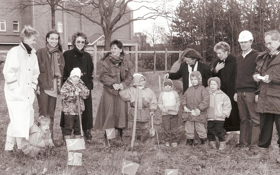 Gruppenfoto vom Beginn des Baus einer Heilpädagogischen Tagesstätte der Lebenshilfe Kaltenkirchen 1994