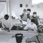 Eine Gruppe von jungen Menschen arbeiten in der ersten Behelfswerkstatt der Lebenshilfe Kaltenkrichen für Jugendliche 1974