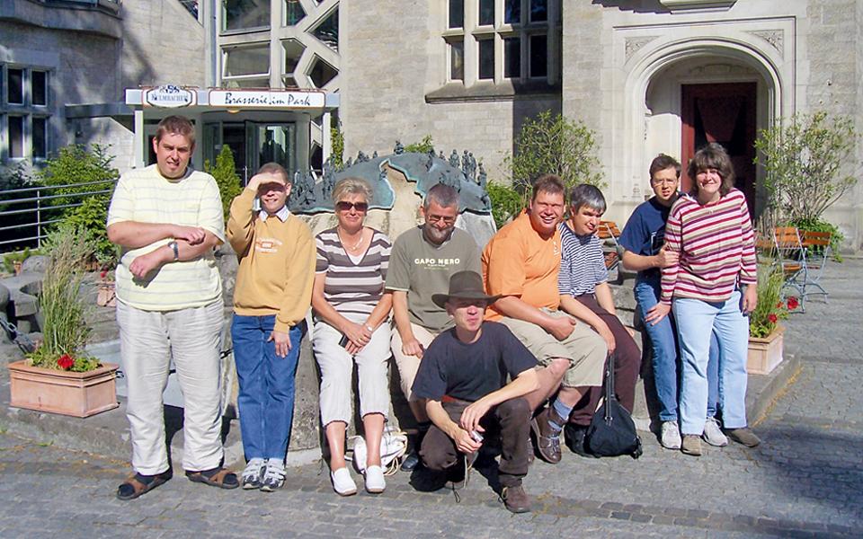 Gruppenfoto vor einer Gaststätte bei schönem Wetter