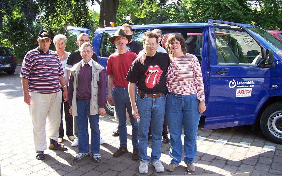 Eine Gruppe von Menschen stehen vor dem Bus des Freizeitclubs der Lebenshilfe Kaltenkirchen.