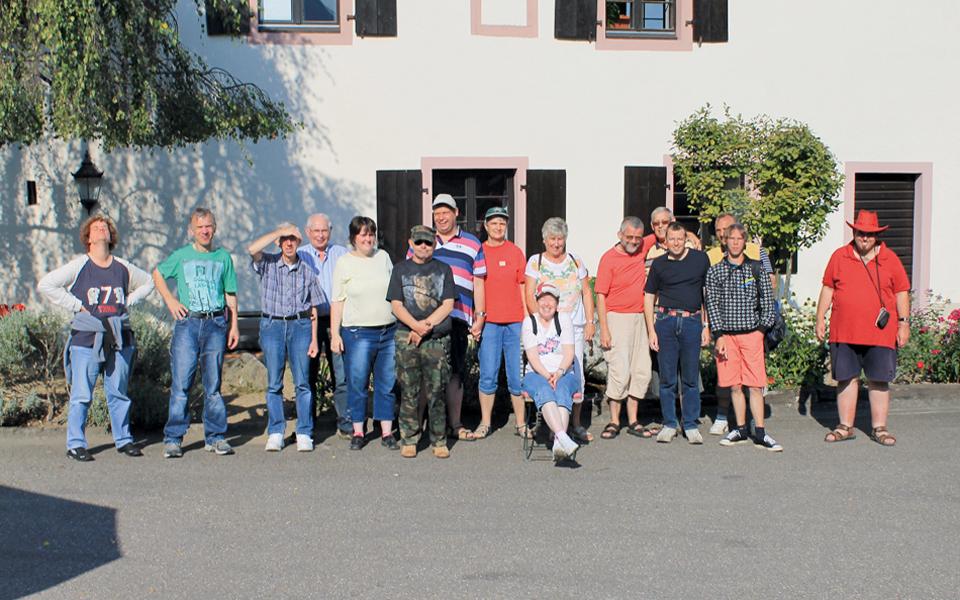 Viele Personen des Freizeitclubs Kaltenkirchen stehen vor einem Hotel.