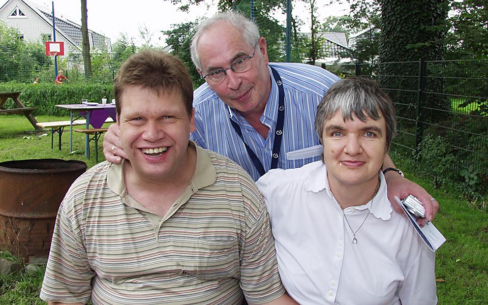 Herr Hecker mit zwei Mitgliedern des Freizeitclubs der Lebenshilfe Kaltenkirchen
