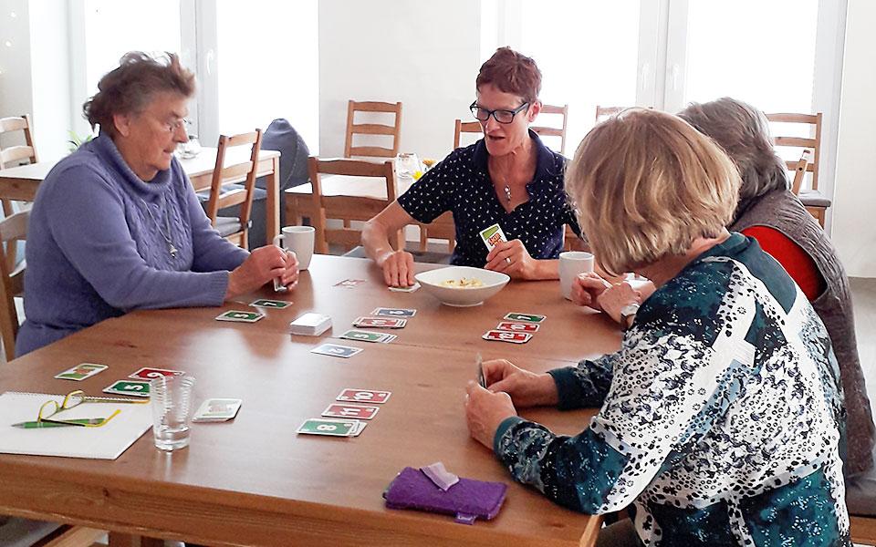 4 Frauen beim Kartenspielen im Begegnungszentrum Mittendrin