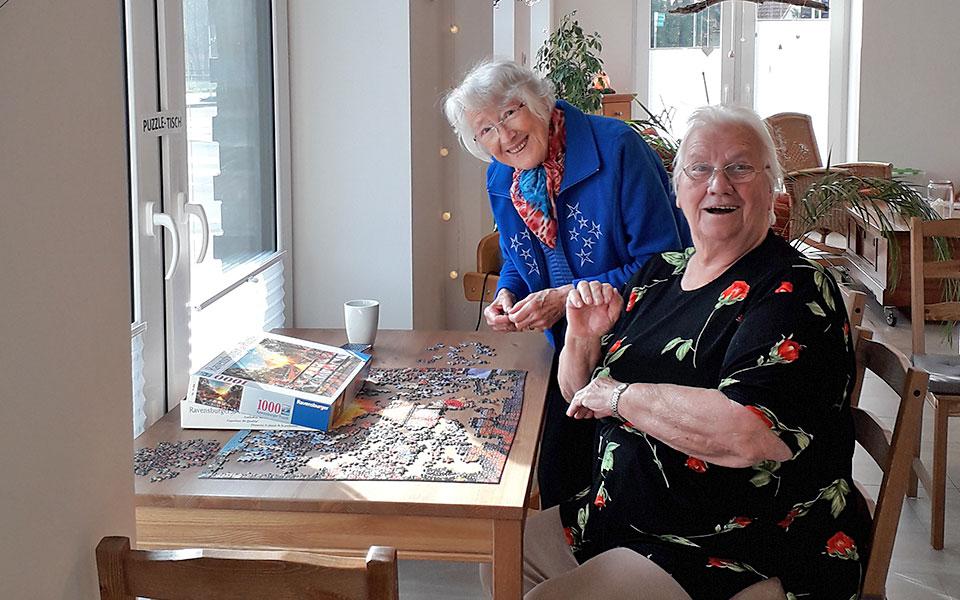 2 Frauen beim Puzzeln im Begegnungszentrum Mittendrin