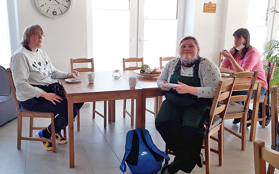 3 Frauen beim Kaffeetrinken im Begegnungszentrum Mittendrin