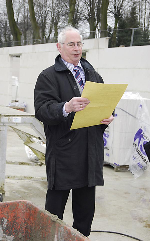 Herr Hecker hält eine Rede im Rohbau des Wohnquartiers Lindenhain