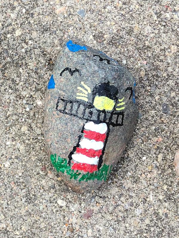 Bemalter Stein der Steinschlange der Kita Wiesenpark