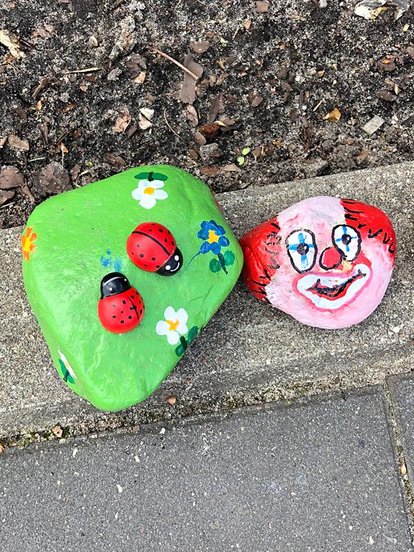 Bemalte Steine der Steinschlange der Kita Wiesenpark
