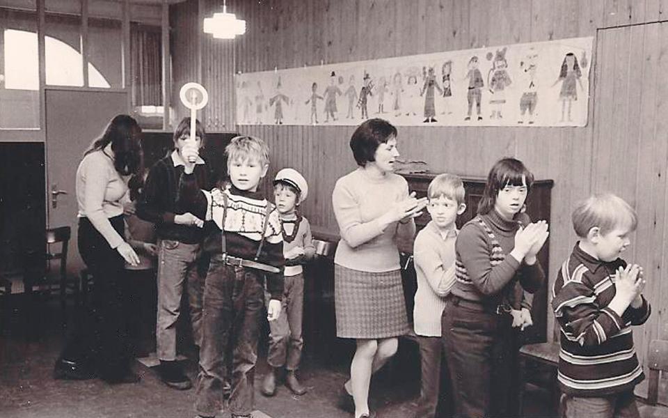 Eine fröhliche Spiel- und Sportstunde für Menschen mit Behinderung im Strohdachpastorat Kaltenkirchen am 27.02.1969